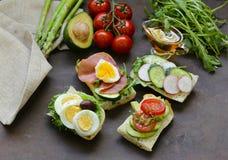 Smörgåsar med olika fyllningar Fotografering för Bildbyråer