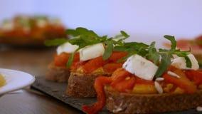 Smörgåsar med ost och röd peppar arkivfilmer