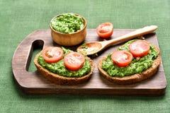 Smörgåsar med pesto och tomater Royaltyfri Bild