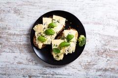 Smörgåsar med roquefortost Arkivbild