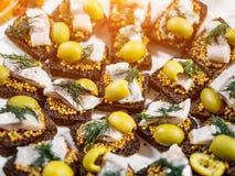 Smörgåsar med sillen och oliv royaltyfri bild