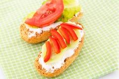Smörgåsar med skorpor och grönsaker Arkivfoton