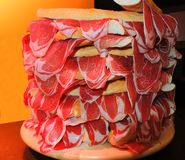 Smörgåsar med spanjor torkar den kurerade skinkaJamon serranoen royaltyfria foton