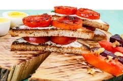 Smörgåsar med stekte tomater och kokade högg av ägg Royaltyfria Bilder