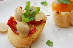 Smörgåsar med sundried tomater och oliv Arkivbilder