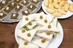 Smörgåsar och andra huvudrätter från över arkivfoton