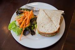 Smörgåsar och sallader på en vit platta Royaltyfri Foto