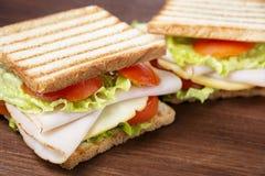 Smörgåsar på trätabellen Arkivbilder