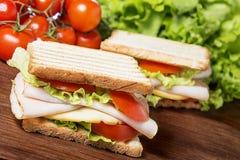 Smörgåsar på trätabellen Arkivfoton