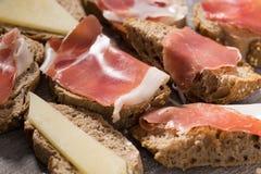 Smörgåsar som göras med ost och skinka för rågbröd Royaltyfria Foton