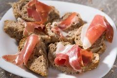 Smörgåsar som göras med ost och skinka för rågbröd Arkivfoto
