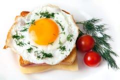 Smörgåscroque-madam med tomater Royaltyfria Foton