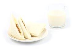 Smörgåsen och ett exponeringsglas av mjölkar Royaltyfri Foto