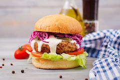 Smörgåshamburgare med saftiga hamburgare Arkivbilder