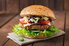 Smörgåshamburgare med saftiga hamburgare, ost royaltyfri fotografi