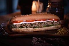 Smörgåsmatfoto Gatamat Ny smaklig grillad hamburgare med hemlagade hantverkbullar som lagas mat på grillfesten bifokal royaltyfria bilder