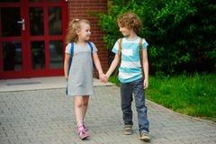 Små elever på en schoolyard Royaltyfri Foto