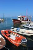 Små fartyg, sjö Garda Italien i den Bardolino hamnen Arkivfoto