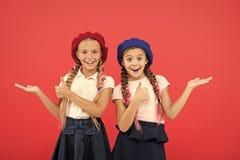 sm? flickabarn med perfekt h?r Barndomlycka kamratskap och systerskap Barns dag tillbaka skola till royaltyfri fotografi