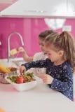 Små flickor i kök Fotografering för Bildbyråer