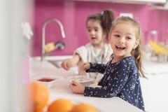 Små flickor i köket Fotografering för Bildbyråer