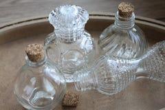 Sm? glasflaskor p? tr?golvet arkivbild