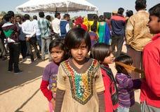 Små indiska flickor som går i folkmassan av folk Fotografering för Bildbyråer