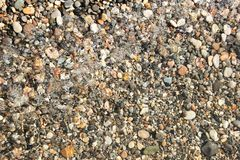 Sm? kiselstenkiselstenar under bakgrunden f?r vattenyttersidafoto arkivfoton