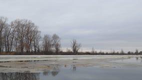 Sm?ltning av den sista isen p? floden i tidig v?r p? en molnig dag lager videofilmer
