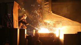 Sm?ltning av metall i en st?lv?xt H?g temperatur i sm?ltningspannan metallurgical industri lager videofilmer
