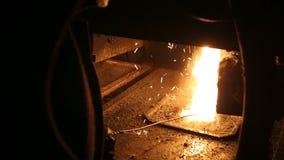 Sm?ltning av metall i en st?lv?xt H?g temperatur i sm?ltningspannan metallurgical industri stock video