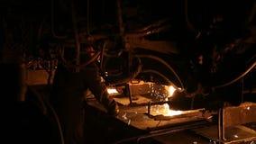 Sm?ltning av metall i en st?lv?xt H?g temperatur i sm?ltningspannan metallurgical industri arkivfilmer