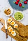 Sm?rg?sar med den nya r?disan f?r avokadoguacamole och det kokta ?gget royaltyfri foto