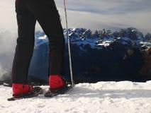 Små snöskor i snö på berg, mycket trevlig solig vinterdag på maximumet Royaltyfri Bild