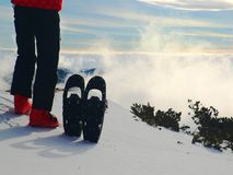 Små snöskor i snö på berg, mycket trevlig solig vinterdag på maximumet Royaltyfria Bilder