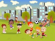 Små ungar som spelar glidbanan, gungbrädet, hopprepet och fotboll i staden, parkerar tecknade filmen Arkivfoton