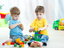 Små ungar spelar med byggnadstegelstenar i förträning Royaltyfri Bild
