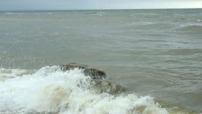 Sm? v?gor som ?r brutna p? kust- stenar i Black Sea n?ra Odessa Kustlinje och att plaska och att krascha, seafoam arkivfilmer