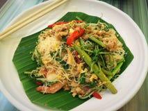 Smażący ryżowi wermiszel z wodną mimozą i garnelą na bielu talerzu obrazy royalty free