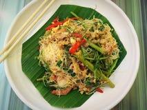 Smażący ryżowi wermiszel z wodną mimozą i garnelą na bielu talerzu obraz stock