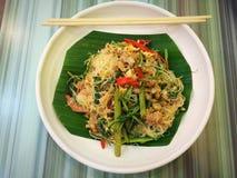 Smażący ryżowi wermiszel z wodną mimozą i garnelą na bielu talerzu fotografia stock