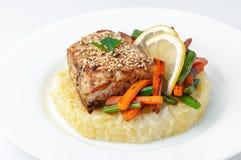 Smażąca żerdź polędwicowa z ryż i warzywami Na białym talerzu Na biały tle Odosobniony zakończenie fotografia stock