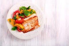 Smażąca białej ryba i pomidoru sałatka Obraz Royalty Free