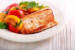 Smażąca białej ryba i pomidoru sałatka Zdjęcie Stock