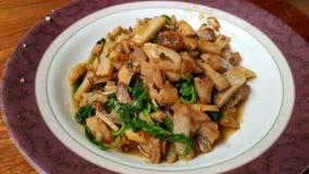 Smażąca crispy wieprzowina z basilem Zdjęcie Stock