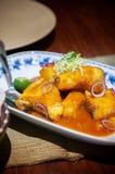 Smażąca czerwony snapper ryby kumberlandu singapurczyka pomarańczowa kuchnia zdjęcia stock