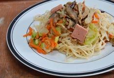 Smażąca jarska kluski polewy pieczarka i tofu obraz stock