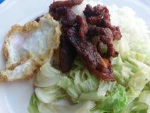 Smażąca kapusta, Rybi kumberland z Smażącą wieprzowiną, Smażący jajko i Tajlandzcy jaśminowi ryż, dalej Zdjęcie Stock