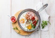 Smażąca kiełbasa i jajka Obrazy Royalty Free
