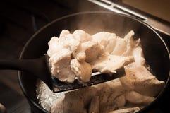 Smażąca kurczak pierś pokrajać Gorący parujący drób na plastikowej kuchennej szpachelce fotografia stock